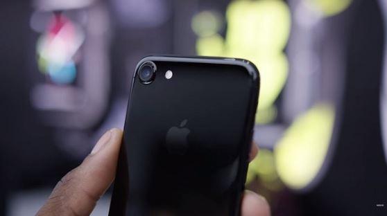 iPhone 7 sử dụng vỏ từ vật liệu nhôm dễ bị trầy xước sơn