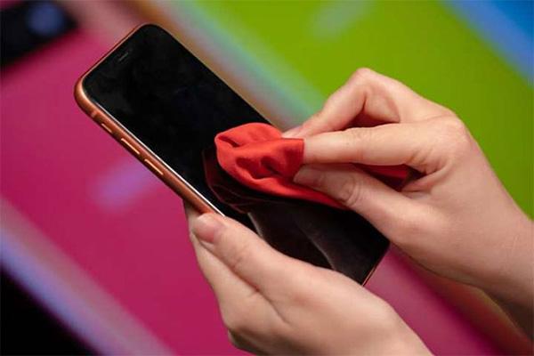 Vệ sinh iPhone thường xuyên là điều mà bạn cần phải làm