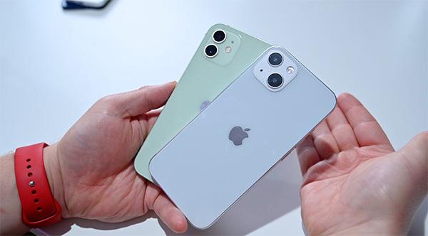 iPhone 13 ở trên và iPhone 12 ở dưới.